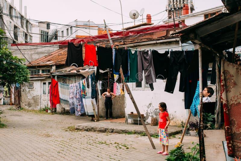 Download Batumi, Adjara, Georgia Kinderspiel Im Hof Des P Redaktionelles Foto - Bild von armut, überholt: 90233541