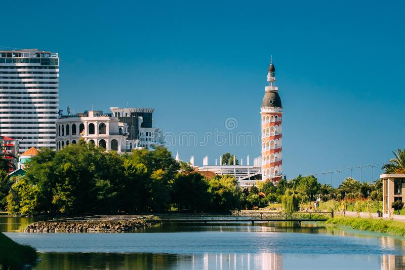 Batumi, Adjara, Georgia Mehrstöckiges Wohnhaus und alter Turm stockfotografie