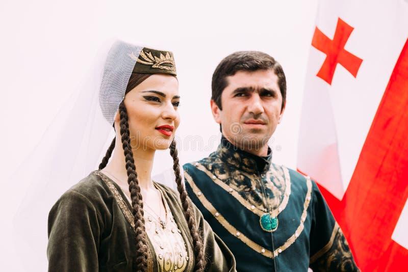 Batumi, Adjara, la Géorgie - 26 mai 2016 : Jeunes couples de l'homme et de femme dans des vêtements nationaux géorgiens sur le fo image libre de droits