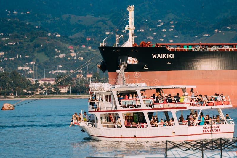 Batumi, Adjara, la Géorgie Petit bateau de touristes Floati d'embarcation de plaisance photographie stock libre de droits