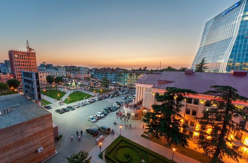BATUMI - 3 DE JULHO: Opinião bonita da noite no quadrado de Batumi no bastão fotos de stock royalty free