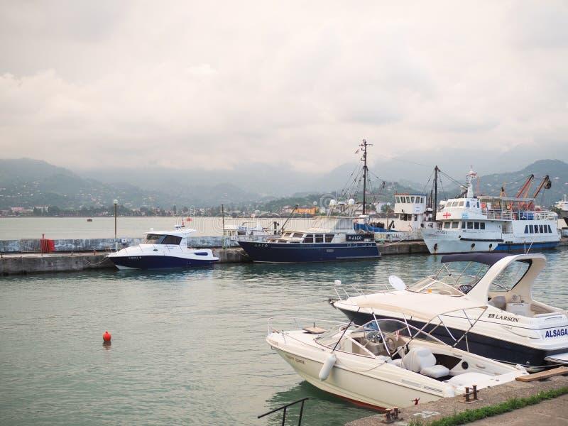 Batumi, Geórgia - em junho de 2019: porto completo com barcos e iate no por do sol Transporte para turistas imagem de stock
