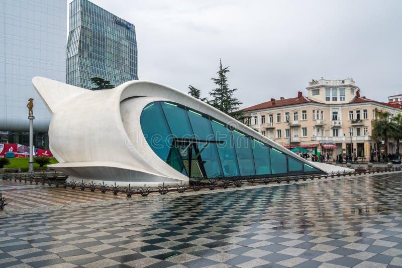 Batumi, Georgië - 23 11 2018: Moderne de bouw dichtbij Dansende Fontein in Batumi-Boulevard royalty-vrije stock foto's