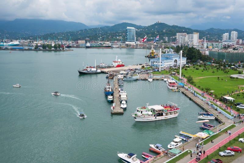 Batumi Georgia - Augusti 06, 2018: Batumi havsport med fartyg Moorage f?r fartyg royaltyfria foton