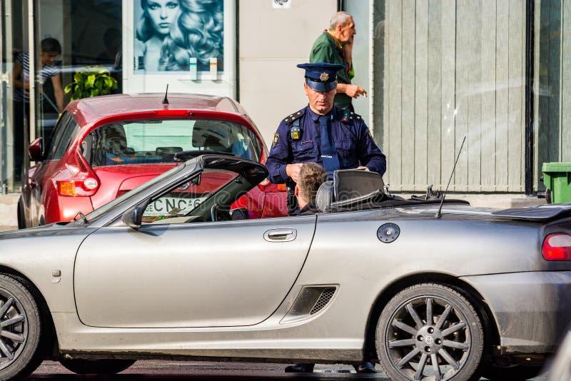 Batumi, Georgia - 7 de mayo de 2017 Policía georgiana que da una pena al turista fotografía de archivo libre de regalías