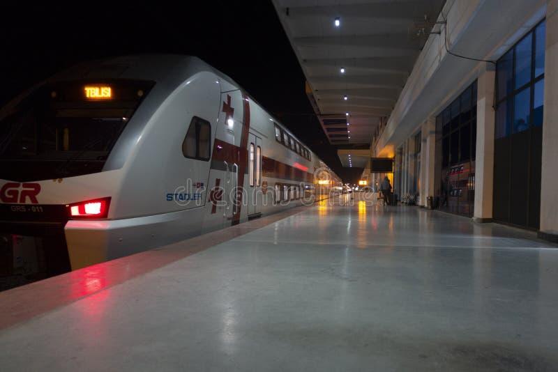 Batumi Gruzja, NOV, - 04, 2018: Stacja kolejowa z nowożytnym pociągiem w nighttime zdjęcia stock