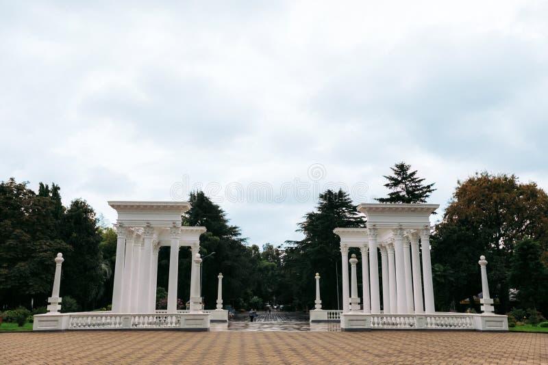 BATUMI GRUZJA, Wrzesień, - 10, 2018: piękna kolumnada w nadmorski parku w Batumi obrazy stock