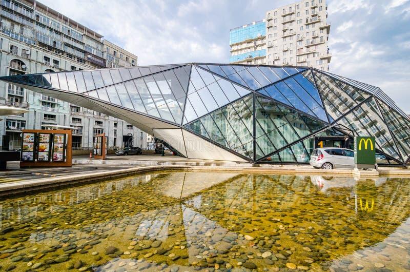 Batumi, la Géorgie - 7 mai 2017 Station service architectonique avec les aliments de préparation rapide images stock
