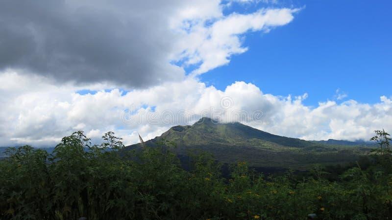Batur火山的破火山口的看法,在Kintamani山区域 库存照片