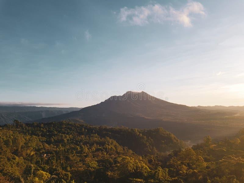 Batur vulkan under härlig soluppgång i Bali arkivbild