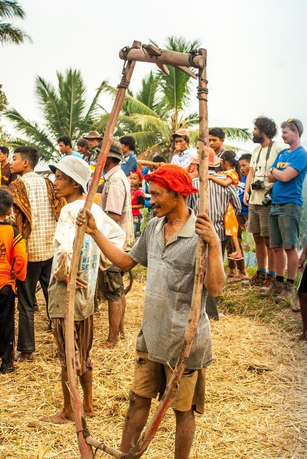 Batusangkar, Индонезия, 29-ое августа 2015: Хомут удерживания человека используемый для Pacu Jawi стоковое фото rf