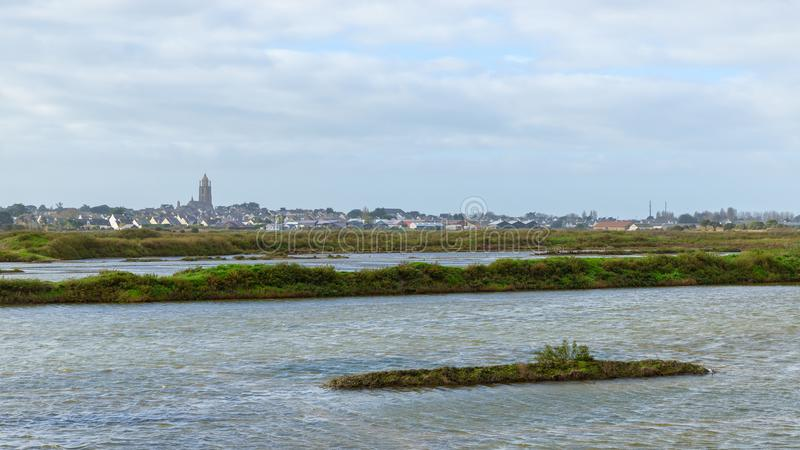 Batz-sur-MER comme vu des marais de sel de Guérande photographie stock