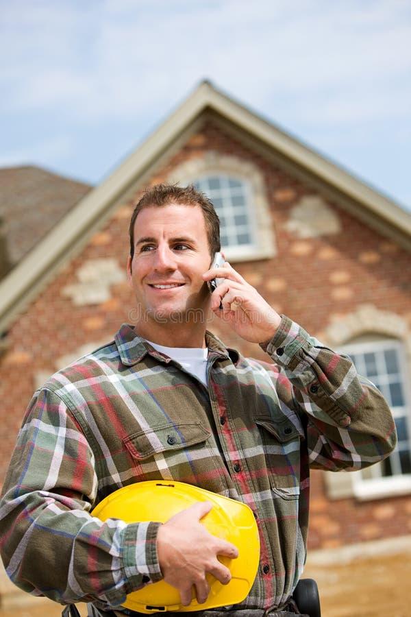 Bau: Auftragnehmer am Telefon stockbild