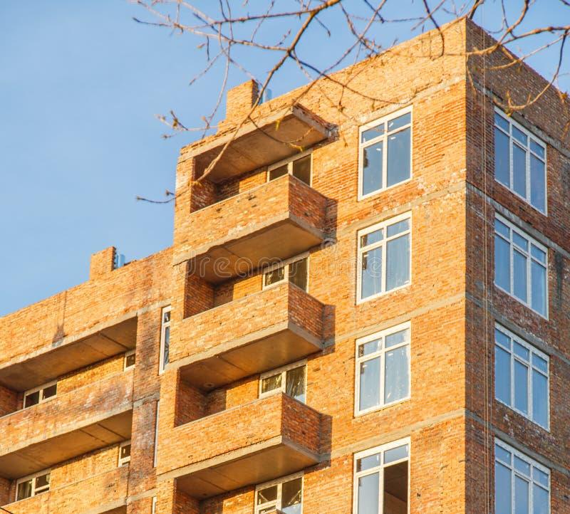 Bau des Backsteinhausmehrstöckigen Wohngebäudes lizenzfreie stockfotos