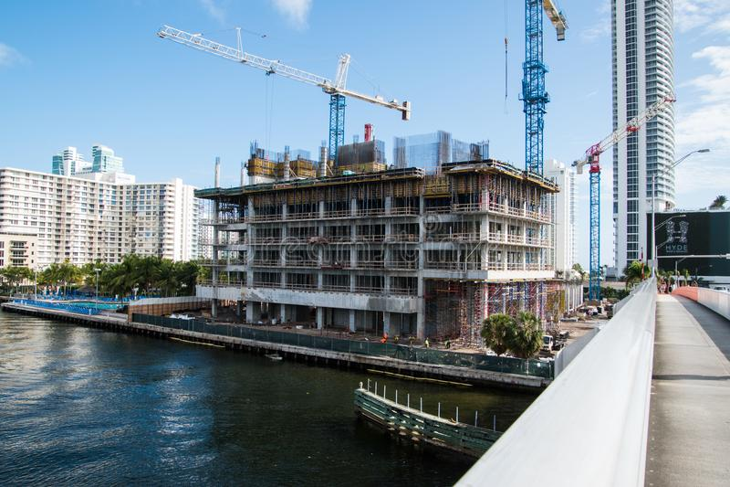 Bau des Errichtens nahe Brücke stockfoto