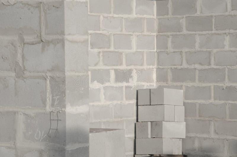 Bau des neuen Hauses, Gebäudefundamentwände unter Verwendung der Betonblöcke, Kopienraum stockfotografie