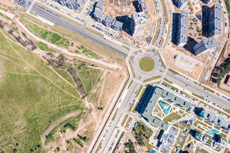 Bau des neuen Wohngebiets mit modernen mehrstöckigen Wohngebäuden, Vogelperspektive stockfotos