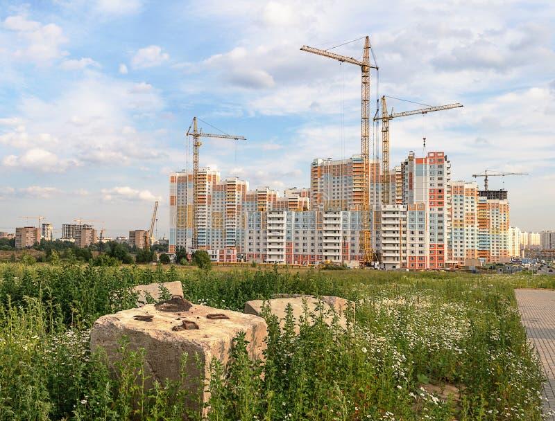 Bau des schönen Wohnkomplexes stockfotografie
