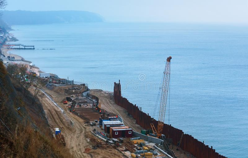 Bau des Seedammes, Bau der Promenade am Erholungsort, Ostsee stockbild