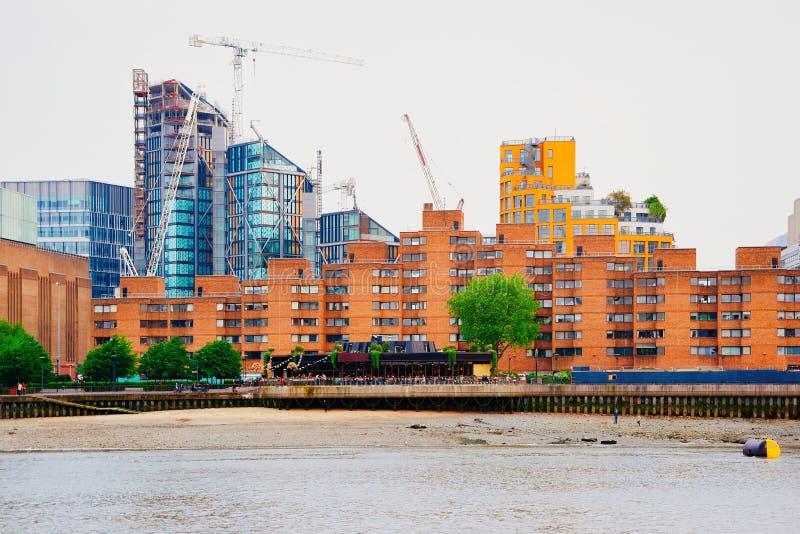Bau des Wohnungswohnhauses nahe der Themse in London lizenzfreie stockbilder
