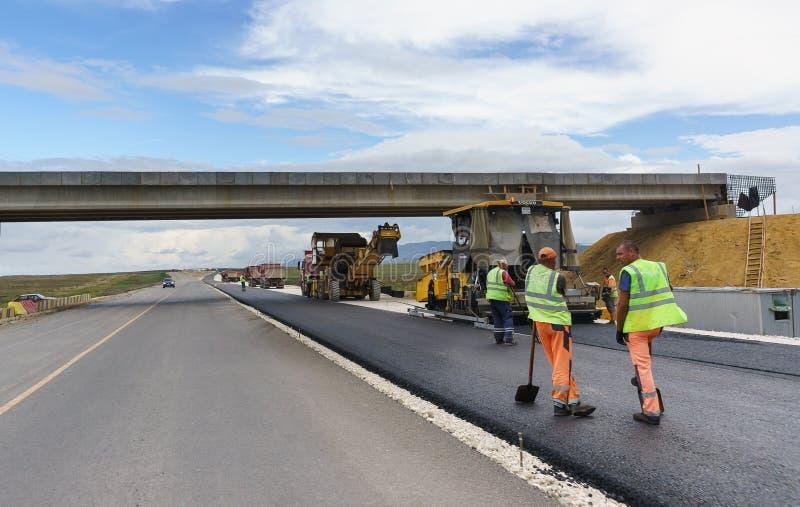 Bau einer neuen modernen vierspurigen Autobahn mit der Trennung des Gegenverkehrs und dem Fehlen der einstufigen Schnitte lizenzfreie stockbilder
