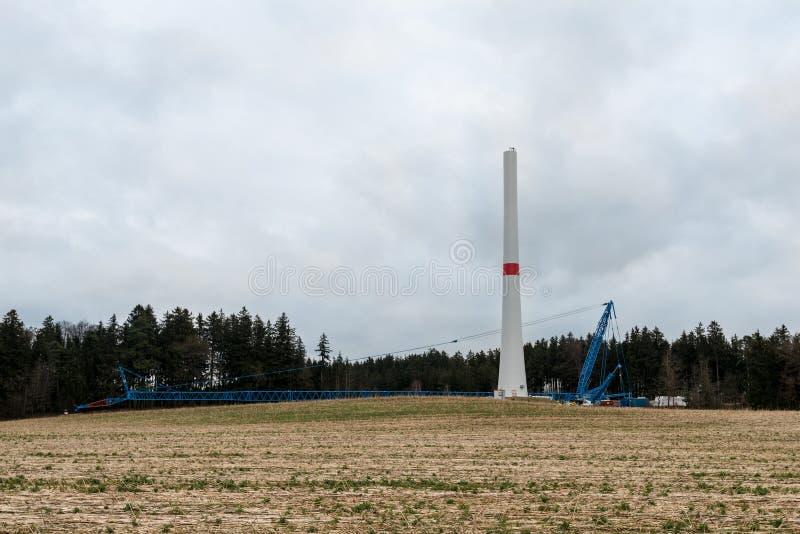 Bau einer Windkraftanlage lizenzfreie stockfotos
