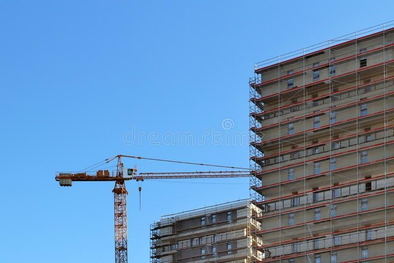 Bau eines hohen mehrstöckigen Gebäudes Wolkenkratzer versorgt mit Metallbaugerüst Gefährliche Arbeit auf Höhe Modernes Archit stockfotos
