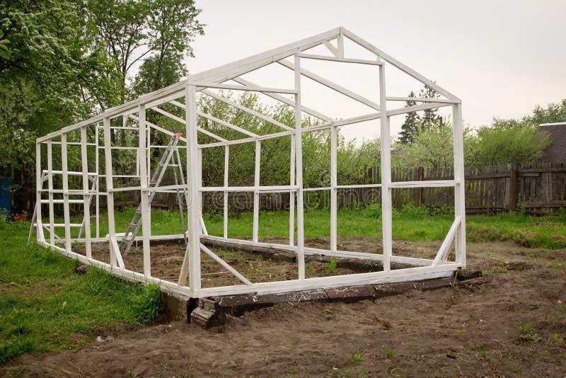 Bau eines kleinen Gewächshauses stockfotografie