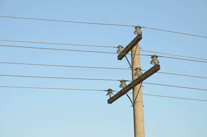 Bau für die Befestigung von obenliegenden Stromleitungen auf Spalte gegen blauen Himmel stockfoto