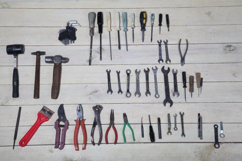 Bau hämmert Schraubenzieherreparatur-Werkzeugzangen auf den Brettern stockfoto