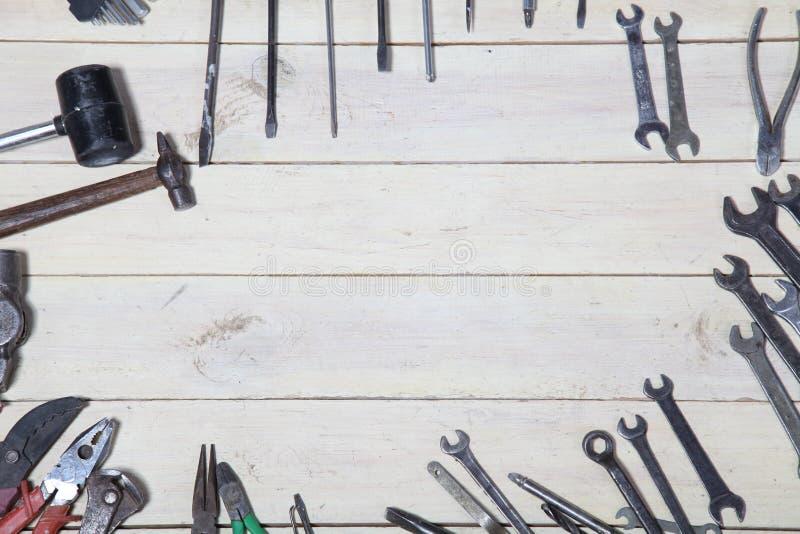 Bau hämmert Schraubenzieherreparatur-Werkzeugzangen auf den Brettern lizenzfreie stockbilder