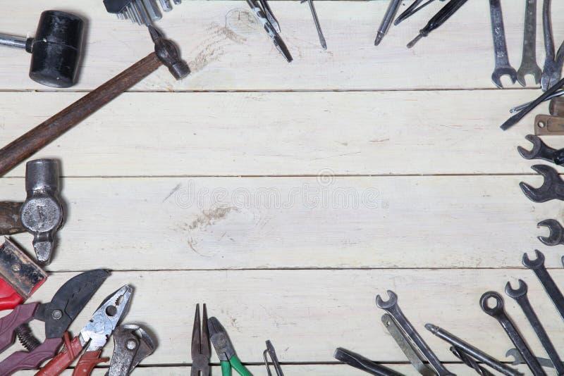 Bau hämmert Schraubenzieherreparatur-Werkzeugzangen auf den Brettern stockbild