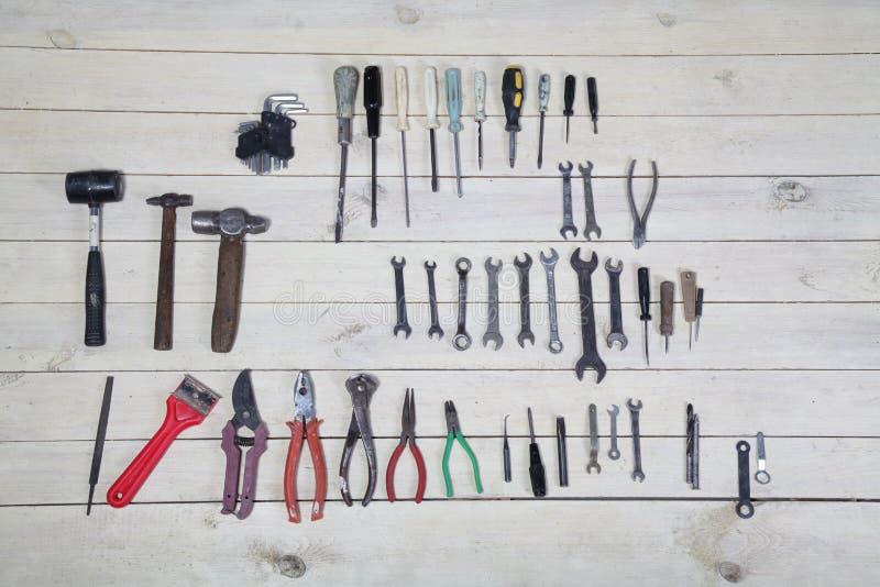 Bau hämmert Schraubenzieherreparatur-Werkzeugzangen auf den Brettern lizenzfreie stockfotografie