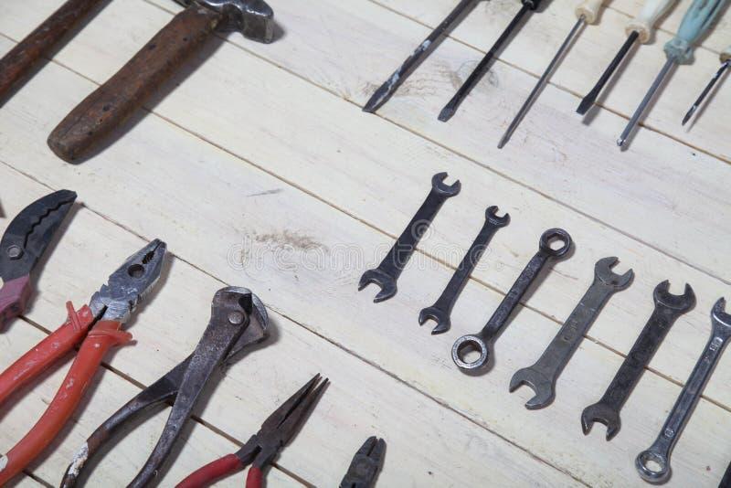 Bau hämmert Schraubenzieherreparatur-Werkzeugzangen auf den Brettern lizenzfreies stockfoto