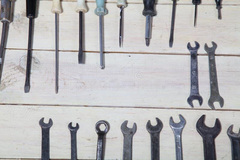 Bau hämmert Schraubenzieherreparatur-Werkzeugzangen auf den Brettern stockfotografie
