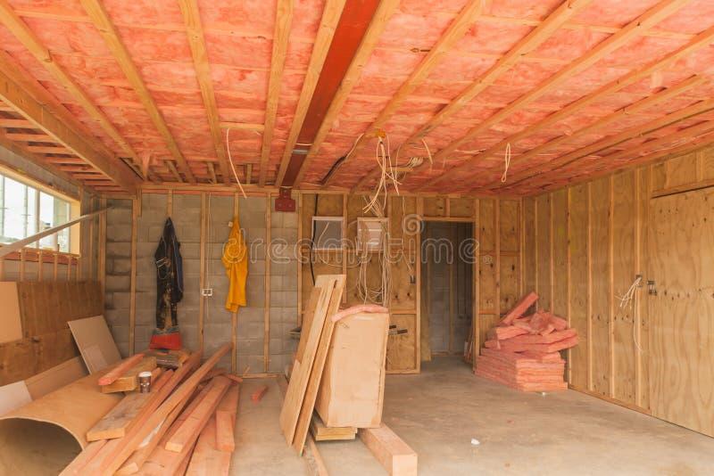 Bau, Isolierung der Decke in der Garage stockfoto