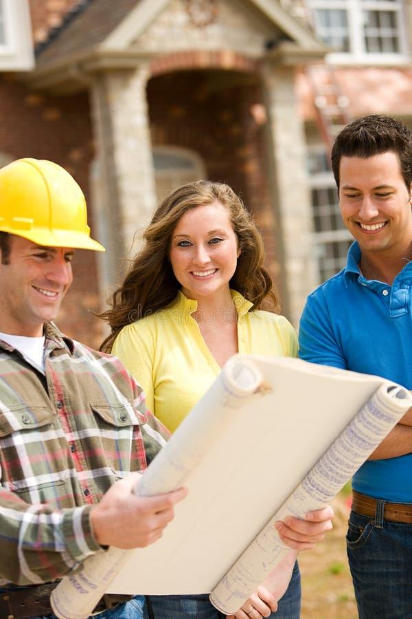 Bau: Paar-Überprüfungspläne stockbild
