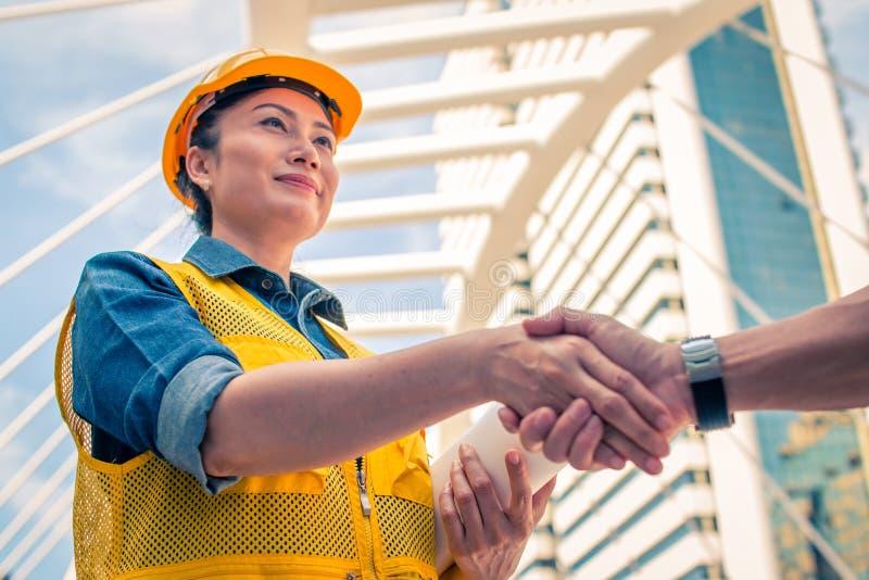 Bau- und Ingenieurkonzept Bauarbeiter im protec lizenzfreie stockbilder