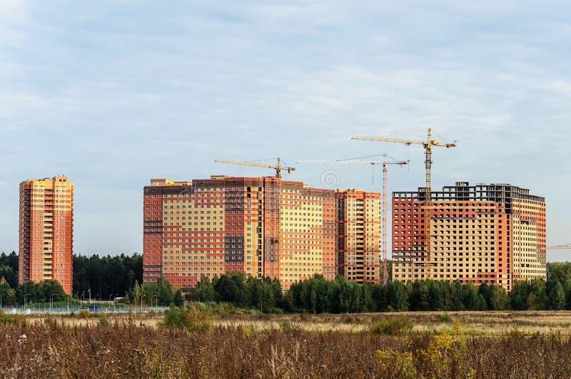 Bau von hohen Gebäuden in den neuen Schlafenvierteln stockfotografie