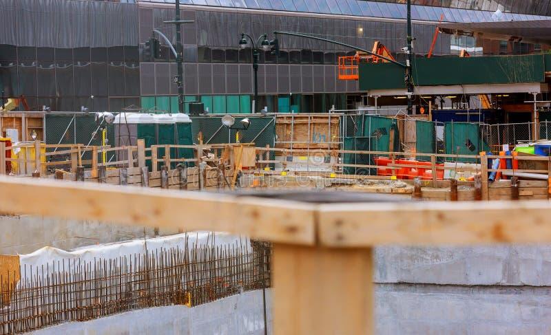Bau von hohen Gebäuden streckt sich und im Bau errichtend gegen stockfoto