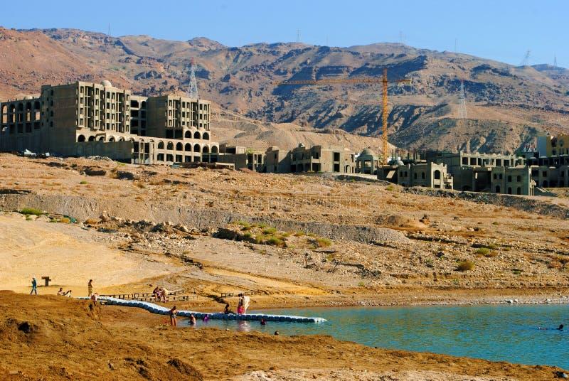 Bauarbeit durch das Tote Meer stockbild