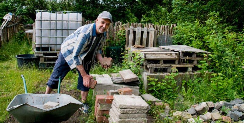Bauarbeit im Garten stockfoto
