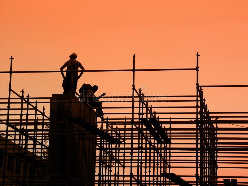 Bauarbeiter auf Baugerüst stockbild