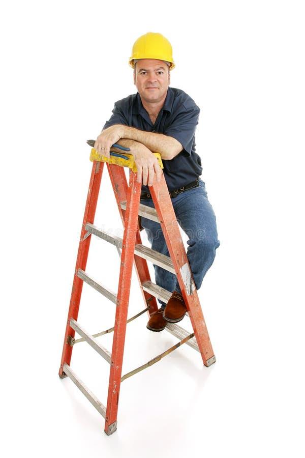 Bauarbeiter auf Strichleiter lizenzfreie stockfotos