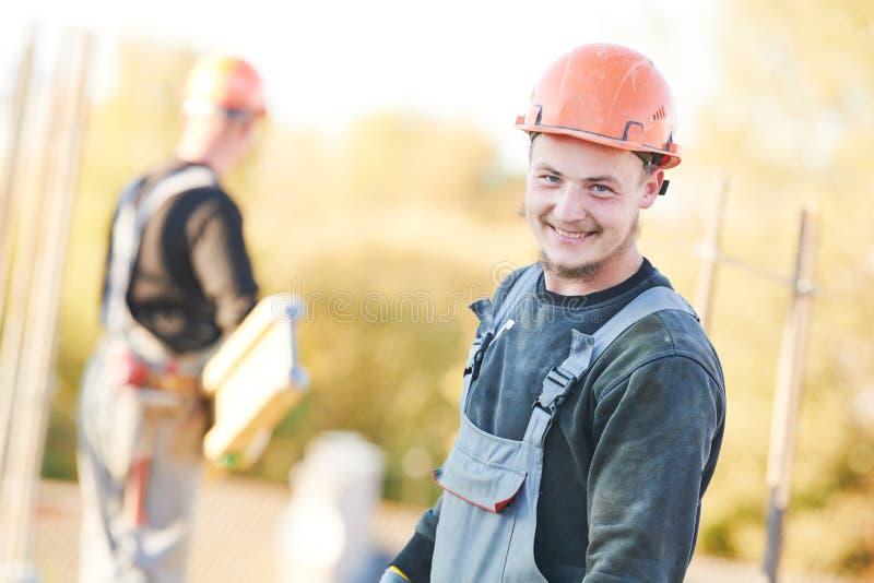 Bauarbeiter an der Baufläche, die konkrete Arbeiten vorbereitet lizenzfreie stockfotografie