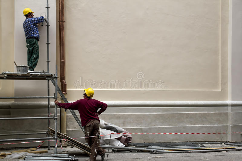 Bauarbeiter in der Baugerüstwiederherstellung des Altbaus in Oldtown Vilnius, Litauen - 20. Juni 2016: stockbilder