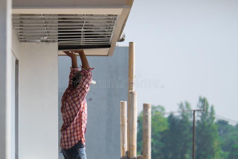 Bauarbeiter, der Deckenplatte, Au?engestalt installiert lizenzfreie stockfotos