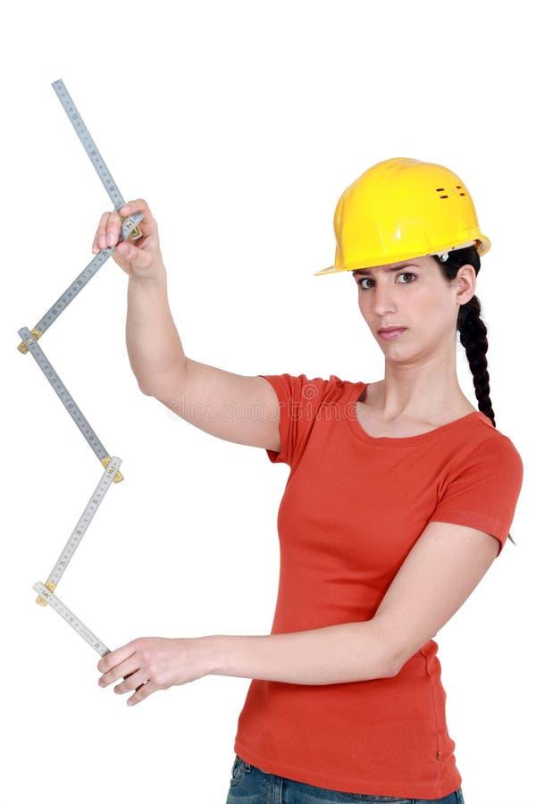 Bauarbeiter, der ein Tabellierprogramm anhält lizenzfreies stockbild