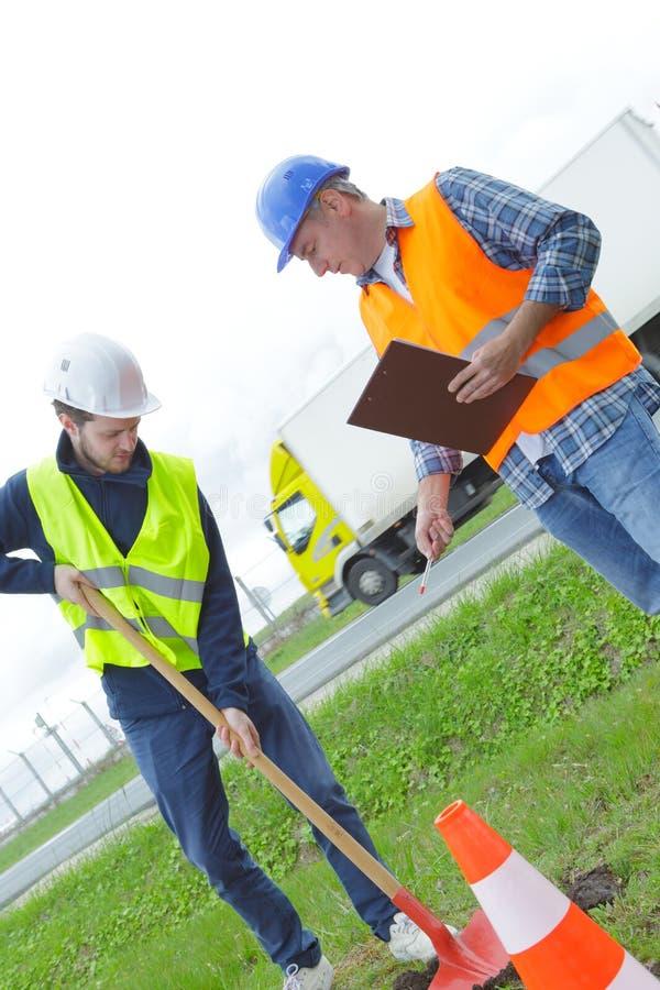 Bauarbeiter, der Schaufel hält lizenzfreies stockbild