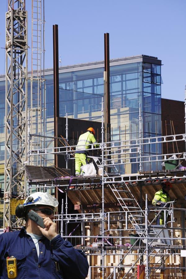 Bauarbeiter in der Tätigkeit stockfotos